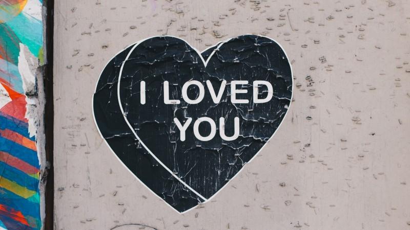 壁にハート型の枠でi love youと書かれている