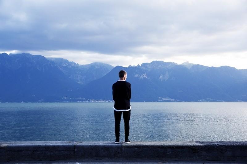 海で佇む男性