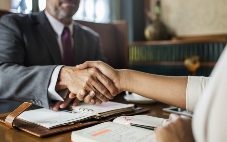 スーツを着た男性と握手をしている