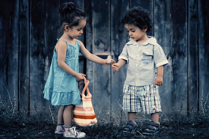 女の子が男の子にお菓子をあげている