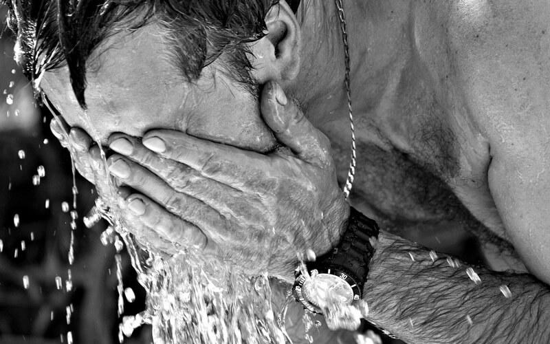 男性が洗顔している